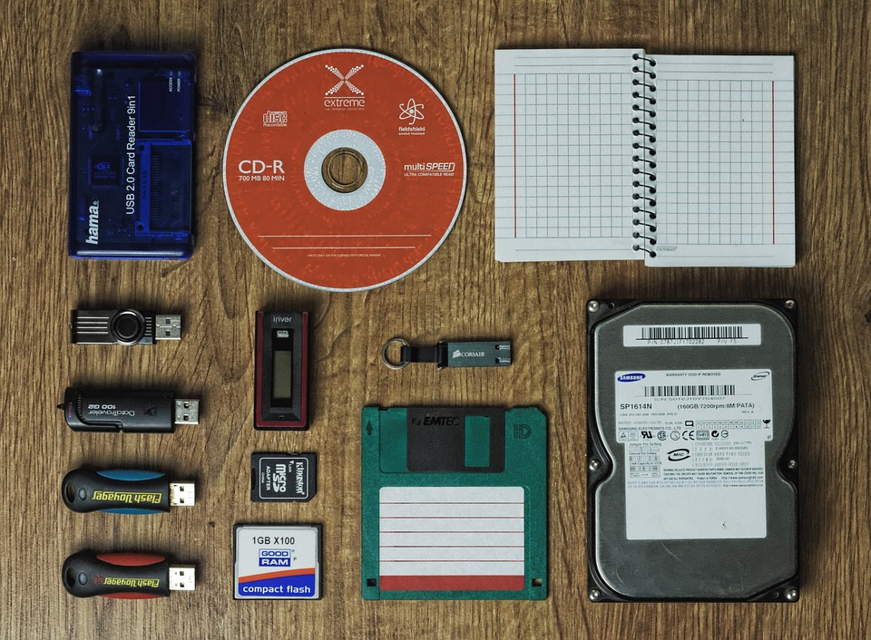 Les supports de données de la disquettes 3 pouces et demie, carte mémoire, CD, disque dur externe...